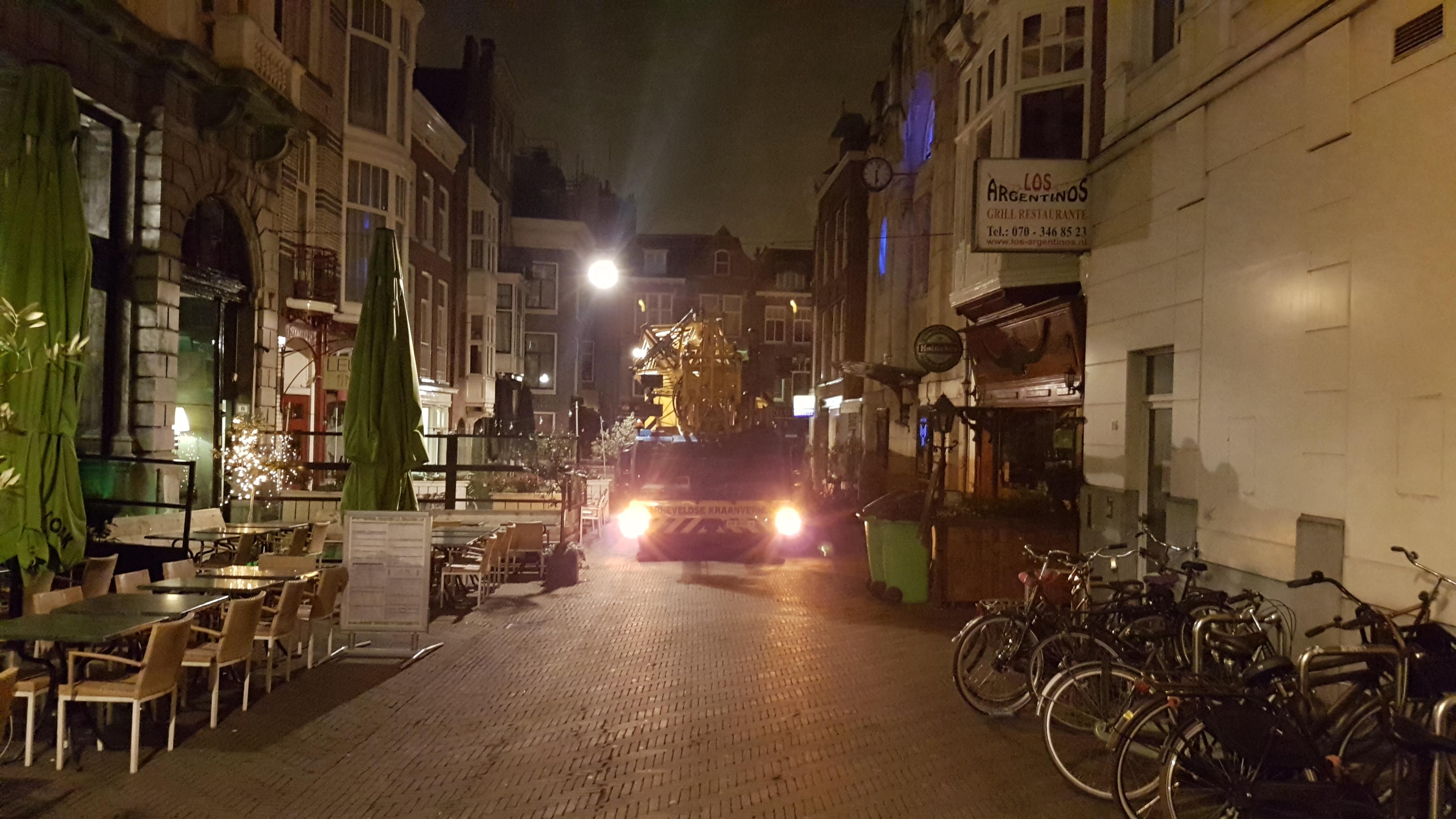 Barneveldse kraanverhuur actief in Den Haag; rijdend door hartje centrum