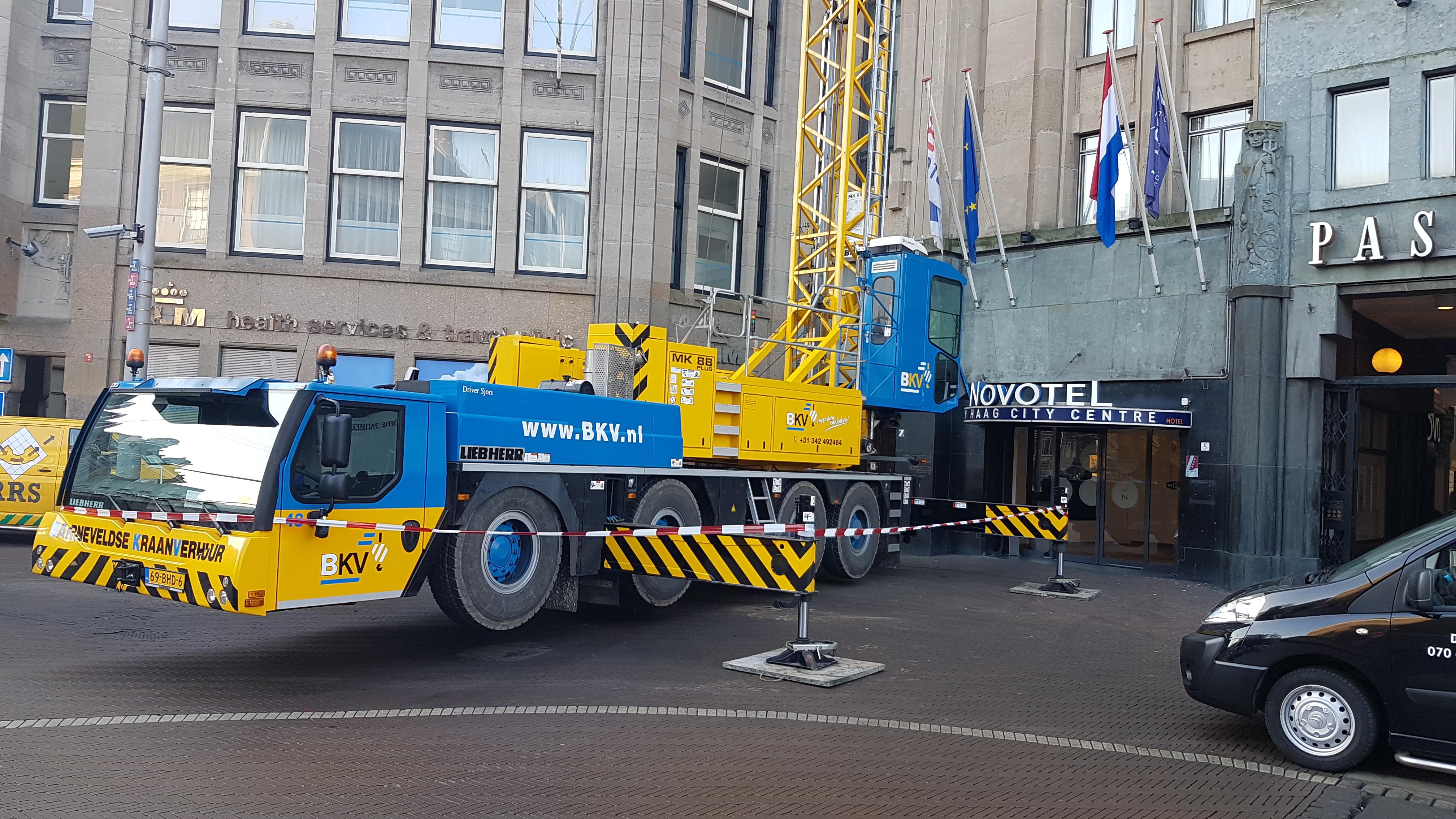 Barneveldse kraanverhuur actief in Den Haag; torenkraan naast het Novotel