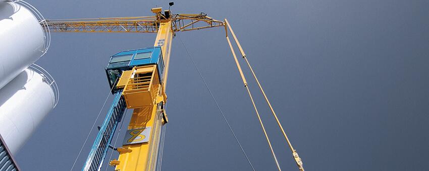 Mobiele torenkraan huren bij Barneveldse Kraanverhuur uitgeklapt van onder